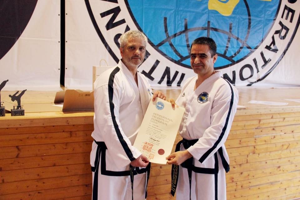 Grandmaster Trevor Nicholls IX.Dan (naľavo) a Senior Master Matiullah Karwandgar  VIII. Dan (napravo)