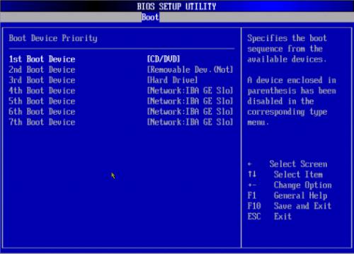 ในการเริ่มกระบวนการติดตั้ง Windows ผ่าน BIOS คุณต้องระบุไดรฟ์ของคุณด้วยดิสก์ที่บันทึกไว้เป็นอุปกรณ์บู๊ตเครื่องแรก