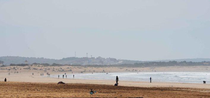 La plage s'étend d'Essaouira à Agadir sur de grandes étendus de sable comme sur la photographie.