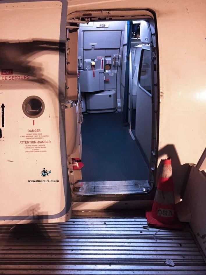 Il faut transférer sur le fauteuil d'embarquement pour pouvoir passer la porte. Un fauteuil normal n'entre pas.