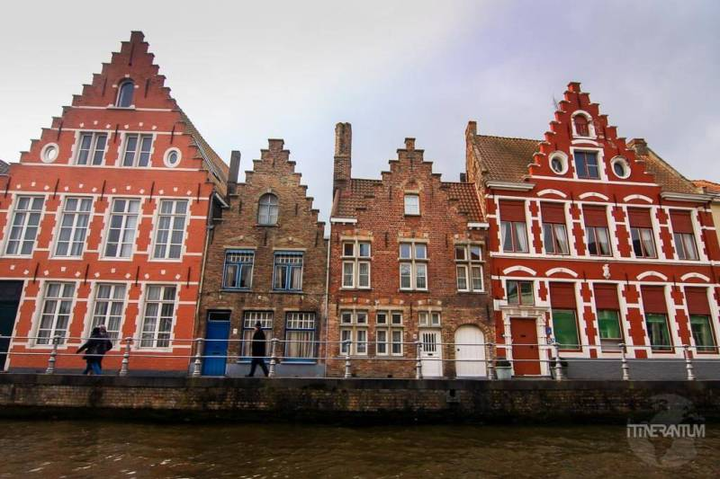old houses on the canals in bruges