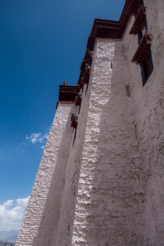 Auf den Aussenmauern kann man die jährlichen Anstriche gut sehen