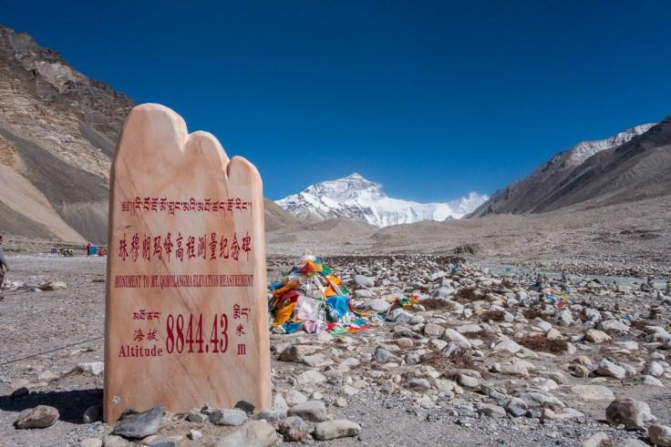Monument für den Mt. Qomolangma, dessen exakte Höhe ein Politikum ist
