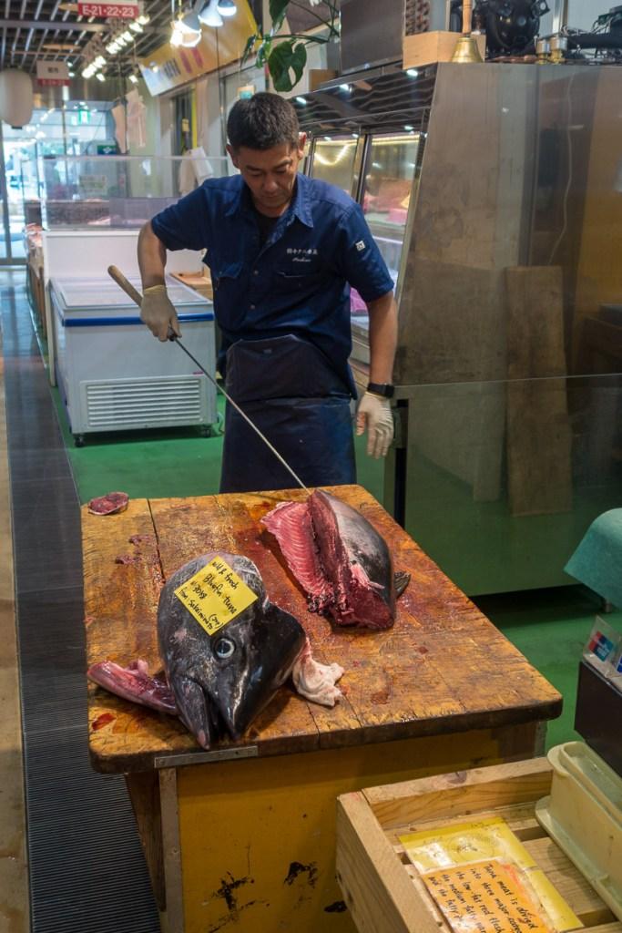 Der Fischhändler erklärt den Thunfisch