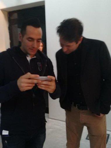 Jonathan mostra a Nathan le sue MOC sul suo cellulare