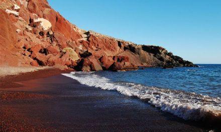 «Στοπ» στην «Κόκκινη παραλία» της Σαντορίνης