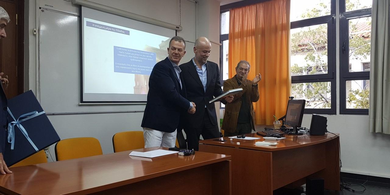 Ο Γιάννης Ρέτσος εισηγητής σε φοιτητές μεταπτυχιακού
