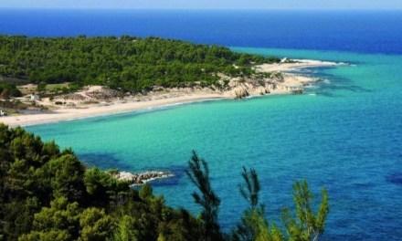 Ο δήμος Κασσάνδρας κατεδαφίζει περίφραξη για να ανοίξει δίοδο στη θάλασσα
