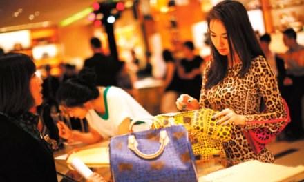 Καταναλωτές πολυτελείας οι Κινέζοι- 277,3 δισ. δολάρια δαπάνησαν στο εξωτερικό το 2018