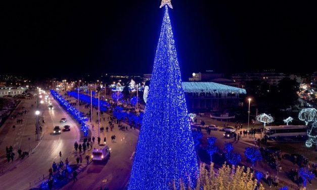 Βόλος: Χριστουγεννιάτικη υπερπαραγωγή με καλλιτέχνες, πάρκο δεινοσαύρων και εκατομμύρια λαμπιόνια (vid)