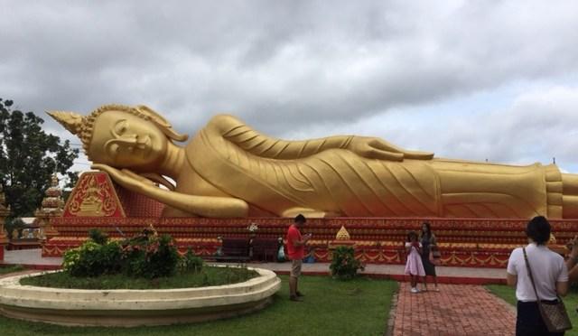ヴィエンチャンで大きな金ぴかの仏塔見つけた ヽ(*^^*)ノ