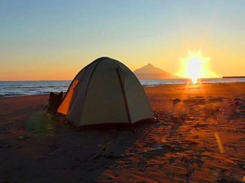 北海道、砂浜のキャンプ