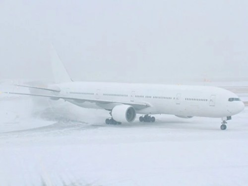 吹雪の中を行く飛行機
