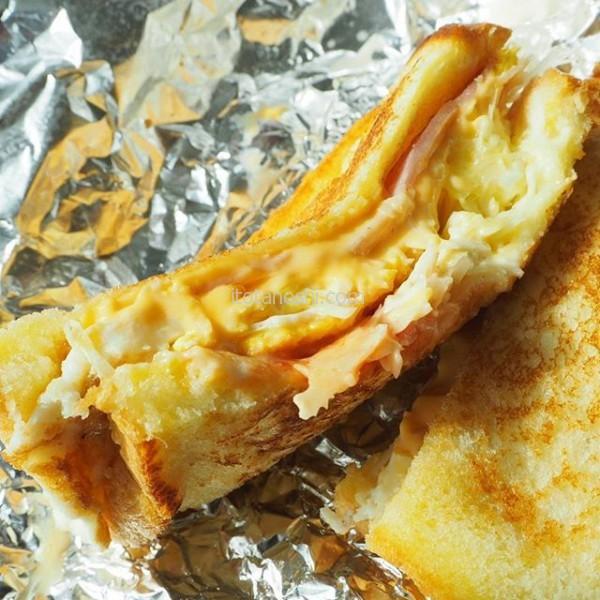 釜山の朝食はホテル裏のお店で買ってきたサンドイッチ。卵、ハム、キャベツ、チーズを載せて、フレンチトーストのようなパンではさむ。お店の鉄板で手際よく作ってくれた。これだけを食べに釜山に来ても良いくらい!#釜山 #サンドイッチ #朝食