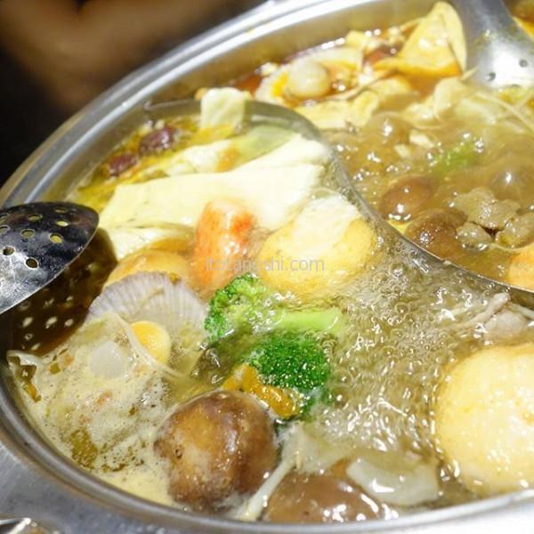 #馬辣頂級麻辣鴛鴦火鍋#スープ は #馬辣 #麻辣 #鍋 と #ベシタブル #精力 鍋。不足しがちな野菜も #火鍋 ならたくさん食べられる!#台湾 #台北