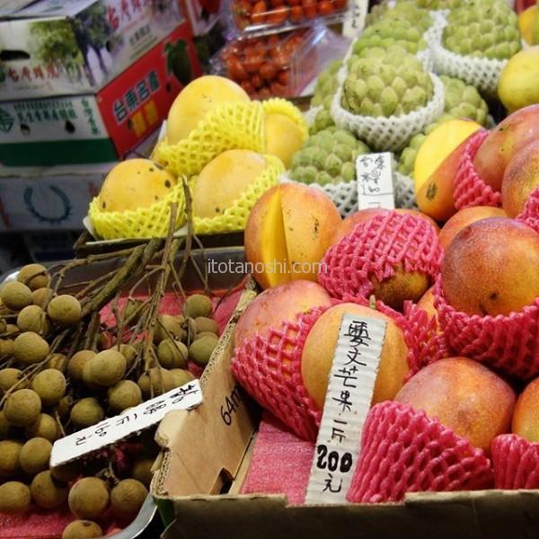 夏の #台湾 に来て食べなくちゃいけないのが(笑)#マンゴー と #ライチ。今回ライチがなくて、 #龍眼 を見つけた!龍眼の方がさっぱりしていて、暑い時に食べるとすっきりする。ホテルの冷蔵庫で冷やして夜食に食べる。台湾の夜は長い。$台北 #寧夏 #夜市 #フルーツ #果物