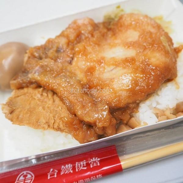 新幹線で台中へ。朝ご飯は台鐵弁当。骨付きの肉の味がご飯に合う!#台湾 #台北 #台中 #ご飯 #弁当 #台鐵 #駅弁