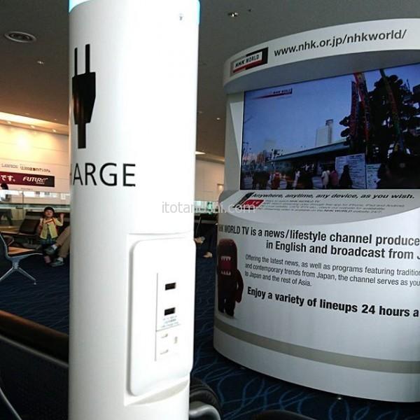 #羽田空港 #国際線 #ターミナル の #搭乗口 前の #ベンチ は、このように #スマホ #や ゲーム機 や #パソコン が #充電 できてとっても便利!