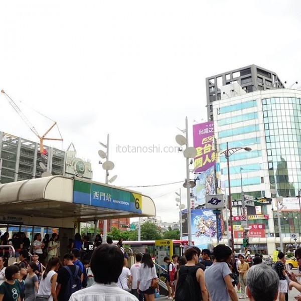 いつも若者で賑わう #台湾 #台北 の #西門 に。若者が集まるので #スマホグッズ 屋さんが多いのだが、 #スマホ を売っているお店がたくさん入っているビルがある。そこで、娘が #SIMフリー の #中古 の #GALAXY #NOTE を買った。お店の人に話しかけながら探すのがとても楽しかった。