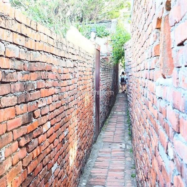 あまりにも狭い路地ですれ違うのにお乳が触れてしまうというところ。#台湾 #鹿港 #老街 #摸乳巷 #巷