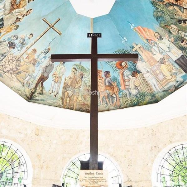 マゼラン・クロス(Magellan's Cross)。キリスト教布教のためにセブ島に訪れた冒険家マゼランが建てたもの、万病に効くと信じられて、十字架を削り取って持ち帰る人が絶えなかったそう。今では十字架の外側が複製され、八角堂も造られています。日曜日だったこともあり、多くの人が赤い蝋燭を購入してお願い事をしていました。#フィリピン #Philippines #セブ #cebu #instalover #instalovers #instatravel #instatraveling #マゼランクロス  #MagellansCross