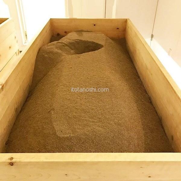 米ぬか酵素浴をしてきました♪桶の中の米ぬかの温度は60℃以上。全身にこの米ぬかをかけて15分。なのですが、10分でギブアップ。その後のニ次発汗がハンパなく気持ちがいい!#米ぬか酵素浴 #米ぬか #酵素浴 #酵素 #温浴 #温活 #酵素風呂 #リラクゼーション #デトックス #発汗 #ダイエット #美肌 #自由が丘 #instalove  #instalover #instalovers #diet #relax #detox