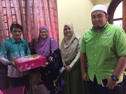 Wakil PAS Serdang menyampaikan kek sebagai tanda penghargaan kepada Pengetua SK Seksyen 7 Bandar Baru Bangi