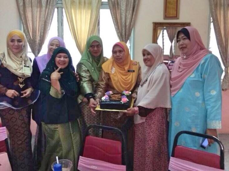 Muslimat PAS Serdang mendekati para guru SK Cheras Jaya