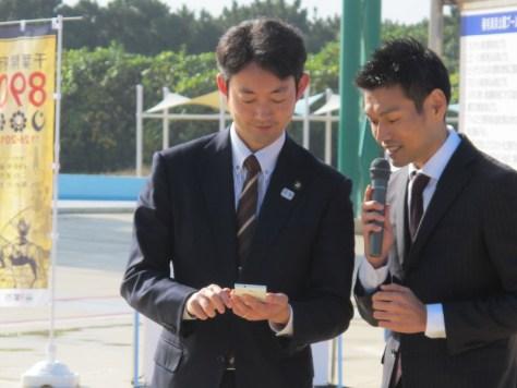 熊谷俊人・千葉市長がスマートフォンで商品を注文