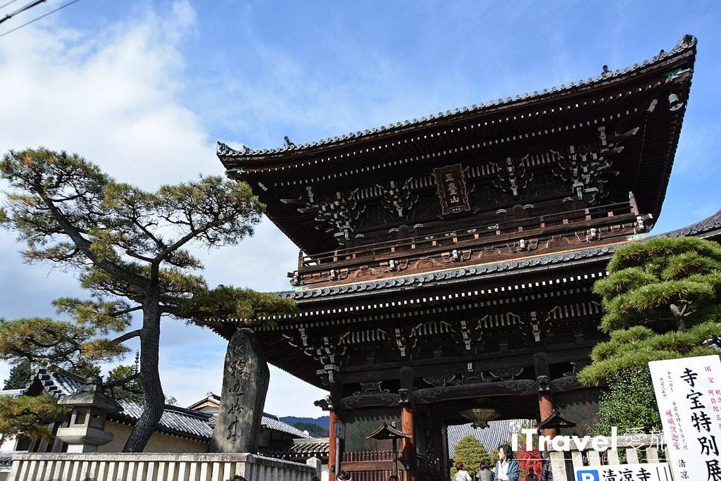 《京都賞楓景點》清涼寺:提供茶屋休憩賞楓的無料紅葉景點。