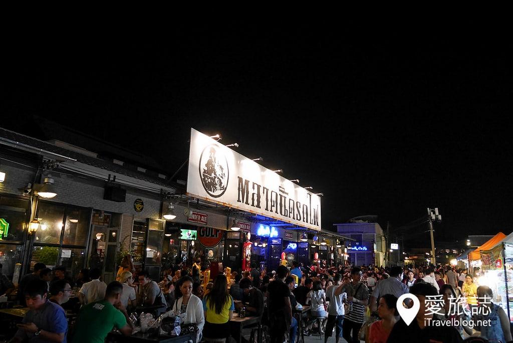 《曼谷夜市集景》拉差達火車夜市 Train Night Market Ratchada:交通方便,MRT地鐵捷運站出口就到!