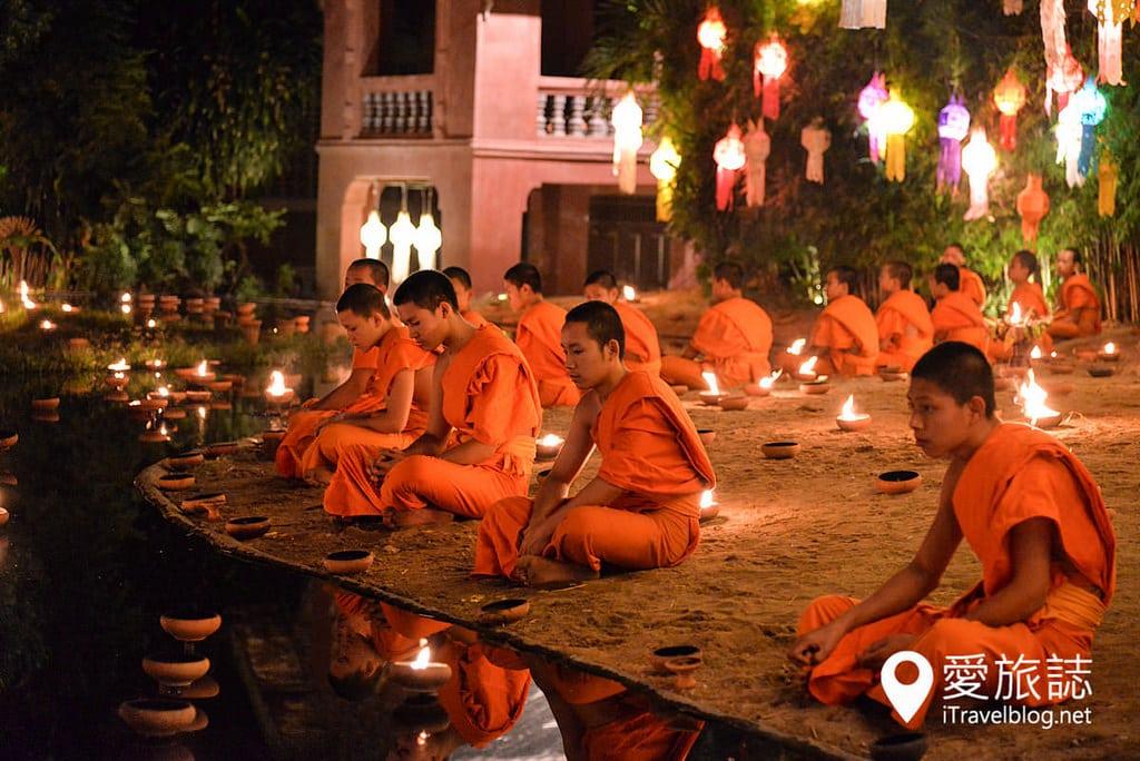 《清邁水燈節》潘道寺特別企劃:小僧施放天燈的燭光彩燈倒影