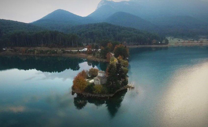 On the Road    Λίμνη Δόξα: Στο «Ποντικονήσι» της Κορινθίας - iTravelling