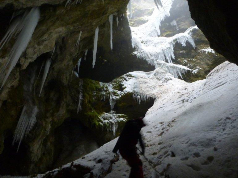 Νεραϊδοσπηλά Βάργιανης: Ένα σπήλαιο με λίμνες στον Παρνασσό - itravelling.gr