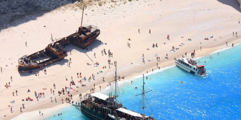 Βουτιά στο κενό στη διάσημη παραλία Ναυάγιο - itravelling.gr