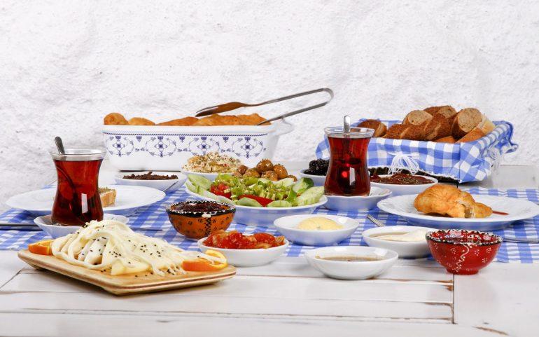 Τι θα φάμε στη Σαντορίνη: 10 πιάτα που πρέπει να δοκιμάσεις! - itravelling.gr