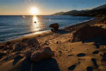 Λίγκρες: Μια παραλία στην Κρήτη με τον δικό της καταρράκτη! - itravelling.gr