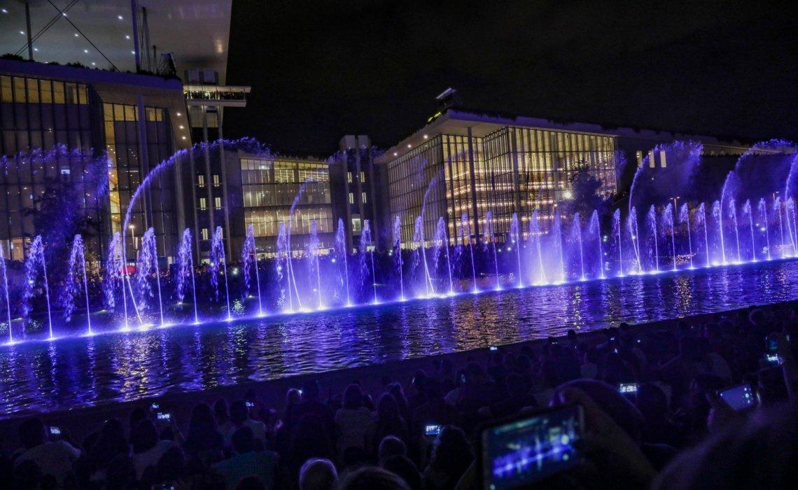 Από τον Σεπτέμβριο τα Σιντριβάνια του ΚΠΙΣΝ χορεύουν καθημερινά και σε ρυθμούς Σκαλκώτα και Σοστακόβιτς! 30 Αυγούστου 2019 Τα Χορογραφημένα Σιντριβάνια στο Κανάλι του Κέντρου Πολιτισμού Ίδρυμα Σταύρος Νιάρχος (ΚΠΙΣΝ) λειτουργούν από τον Ιούλιο και αποτελούν μια νέα, εντυπωσιακή υδάτινη εγκατάσταση, η οποία δημιουργήθηκε χάρη στην πρωτοβουλία και χρηματοδότηση του Ιδρύματος Σταύρος Νιάρχος (ΙΣΝ) και έχει ήδη αγαπηθεί από τους επισκέπτες του ΚΠΙΣΝ. Ένα σύμπλεγμα από 59 κατακόρυφους πίδακες, σε συνδυασμό με 10 περιστρεφόμενους, δημιουργούν καθημερινά ένα φαντασμαγορικό αξιοθέατο τόσο κατά τη διάρκεια της ημέρας, όσο και της νύχτας με τον LED φωτισμό. Από τον Σεπτέμβριο το πρόγραμμα σιντριβανιών εμπλουτίζεται με δυο ακόμα water shows χορογραφημένα σε μουσικά κομμάτια των Νίκου Σκαλκώτα και Ντμίτρι Σοστακόβιτς. Οι χορογραφίες αυτές έχουν, μέχρι στιγμής, παρουσιαστεί μόνον στην ειδική εκδήλωση παρουσίασης της εγκατάστασης, στις 14 Ιουλίου, κατά την οποία συμμετείχε η Ορχήστρα της Εθνικής Λυρικής Σκηνής. Τα κομμάτια αυτά θα εναλλάσσονται, από τις 11 το πρωί, κάθε μισή ώρα με τη μουσική των Χατζιδάκι και Μπιζέ η οποία παρουσιάζεται μέχρι σήμερα. Συγκεκριμένα, η κίνηση των σιντριβανιών έχει χορογραφηθεί πάνω στα ακόλουθα έργα: • Νίκος Σκαλκώτας, Ηπειρώτικος χορός (Ser. I/4), από τους 36 Ελληνικούς χορούς • Ντμίτρι Σοστακόβιτς, Βαλς II, από τη Σουίτα Τζαζ αρ. 2 • Μάνος Χατζιδάκις, Χορός με τη σκιά μου, από το Χαμόγελο της Τζοκόντας • Ζορζ Μπιζέ, Habanera, από τη Σουίτα Κάρμεν, αρ.2 Το καθημερινό ωράριο για τον Σεπτέμβριο είναι: 11.00, 12.00, 13.00 και 20.00, 21.00, 22.00, 23.00, 00.00 (Σκαλκώτας και Σοστακόβιτς) 11.30, 12.30, 13.30 και 20.30, 21.30, 22.30, 23.30 (Χατζιδάκις και Μπιζέ) Σε περίπτωση δυνατού αέρα ή δυσμενών καιρικών συνθηκών τα water shows δεν θα πραγματοποιούνται. Υπενθυμίζεται πως ο σχεδιασμός, η κατασκευή και ο πλήρης εξοπλισμός του ΚΠΙΣΝ αποτελεί τη μεγαλύτερη μεμονωμένη δωρεά του Ιδρύματος Σταύρος Νιάρχος. Τον Φεβρουάριο 2017, με την ολοκλήρωση της κατασκευ