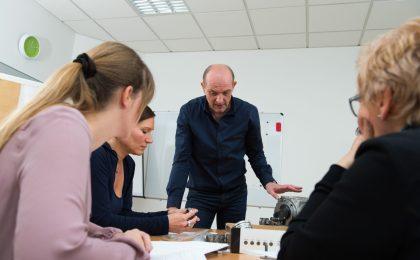 Im sogenannten Fallstudienprojekt wird eine Problemstellung aus der Unternehmenspraxis durch die Studierenden im Team bearbeitet.