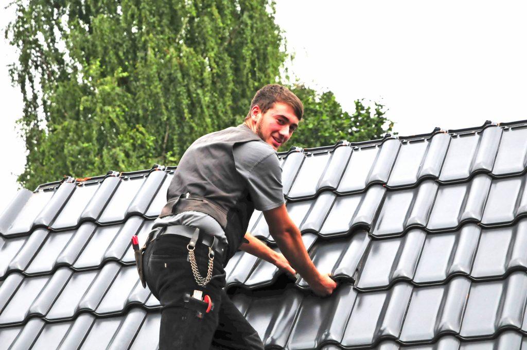Aufstiegschancen inklusive: Der Beruf des Dachdeckers ist deutlich vielfältiger, als mancher auf den ersten Blick meint. An die Ausbildung schließen sich sehr gute Berufsperspektiven an.