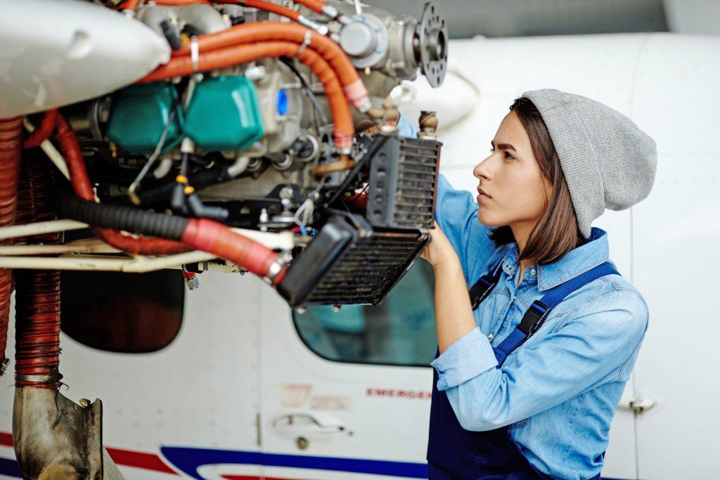 Am besten entscheiden sich Frauen in jungen Jahren für eine dann noch günstige Berufsunfähigkeitsversicherung.