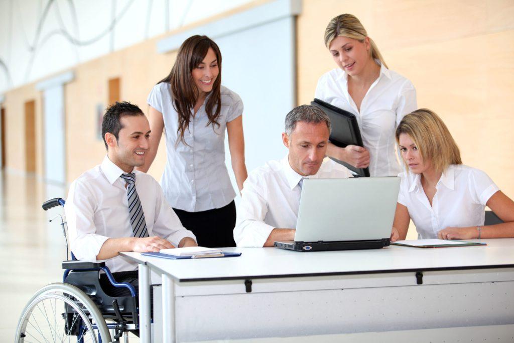 In der modernen Arbeitswelt müssen Chefs und Mitarbeiter ganz anders miteinander umgehen als früher: Arbeiten auf Augenhöhe, so lautet das neue Motto.