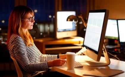 Schummerlicht macht müde: Wer den Körper bei der Nachtarbeit unterstützen möchte, sollte für helle Beleuchtung sorgen.