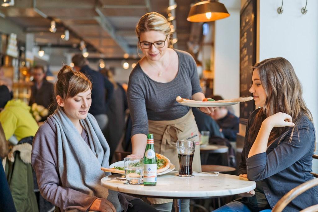Nach ihrer Ausbildung können die jungen Leute schnell in der Lage sein, selber ein Restaurant zu leiten.