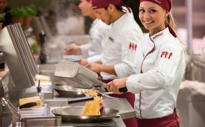 Frauen profitieren in der Systemgastronomie von flexiblen Arbeitszeiten und einer Bezahlung nach Tarif.