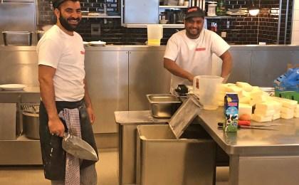 Die Zusammenarbeit mit dem Team gefällt Asif Mohammed besonders gut und für seinen unbefristeten Arbeitsvertrag ist er seinem Chef sehr dankbar.