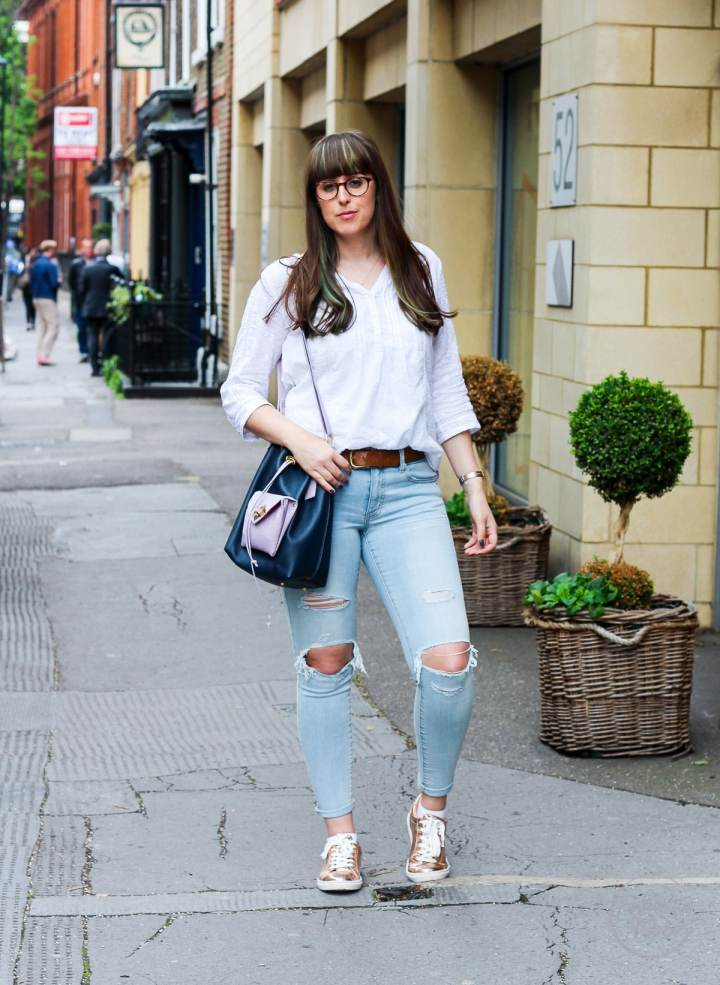 Ripped Jeans, American Eagle, Harriet Sanders, My Style, Fashionista Barbie, Fat Face, Next, Gold Trainers, Style Post, Top UK Style Blogger, Style Blogger, Top Uk Fashion Blogger, Fashion Blogger, Bucket Bag, Styling Jeans, Denim, White Shirt and Jeans