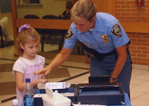 US_Navy_060830-N-8907D-010_Officer_Diane_Branch_with_the_Chesapeake_Police_Department_takes_children's_fingerprints_during_the_Ident-a-Kid_program_held_at_Naval_Medical_Center_Portsmouth