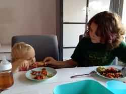 We pasten even op Sweet Fiene. Die gelijk mee wilde eten. Guacamole is natuurlijk ook veel lekkerder dan appelmoes :-)