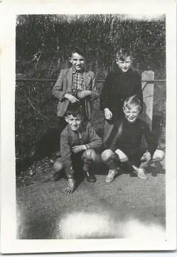 Nah, hoe leuk! Papa B. en ome Loek en twee jongetjes (nu meneren natuurlijk) die ik niet ken. Gemaild door een tante.